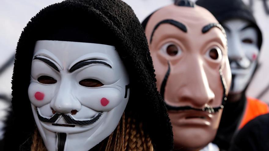 """El """"Bella ciao"""" de fons i  la màscara de Dalí davant"""