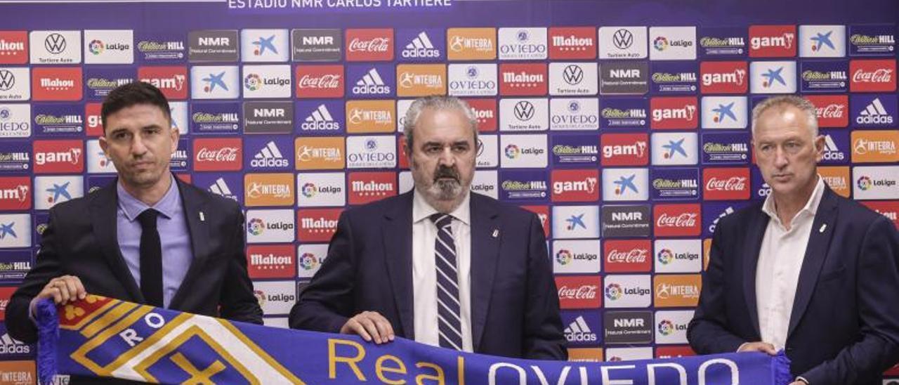 Reyes, Paredes y Rivas, en la sala de prensa del Carlos Tartiere. |