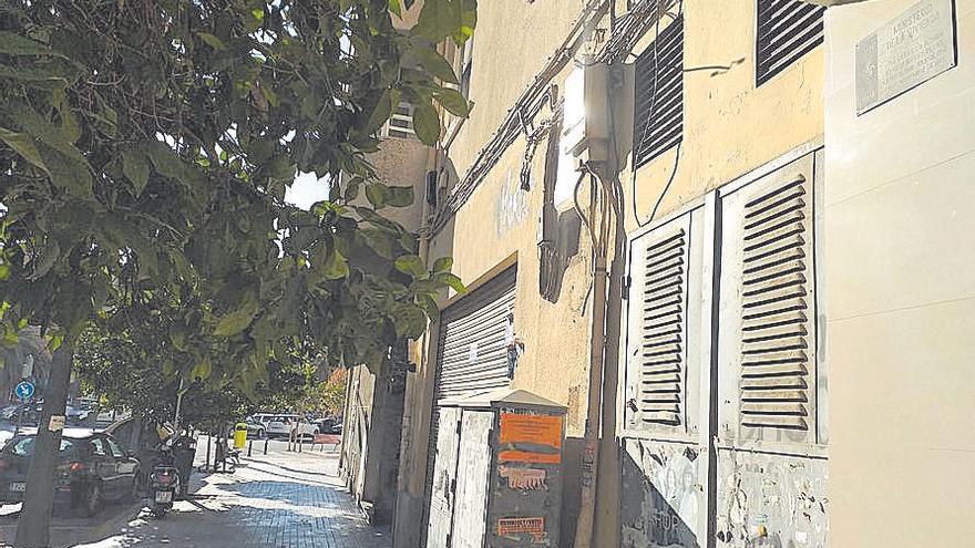 Decenas de placas franquistas llenan aún las calles de la capital