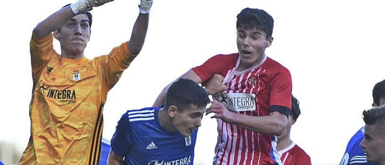 Una acción del derbi juvenil entre Sporting y Oviedo.  