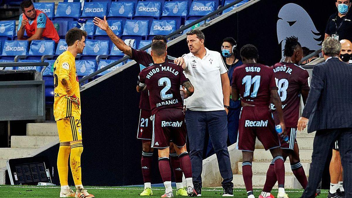 Oscar conversa con Hugo Mallo y Murillo durante una pausa por hidratación en Cornellá.