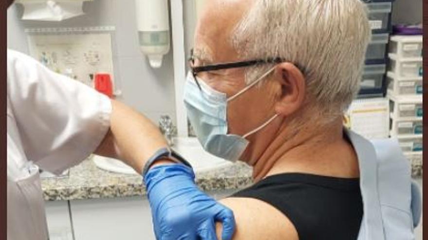 Vacunan a Joan Ribó contra el coronavirus