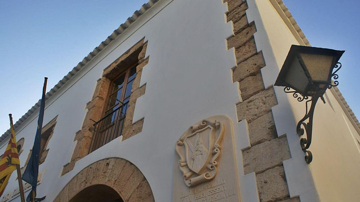 Vista parcial de la fachada del Ayuntamiento de Santa Eulària.