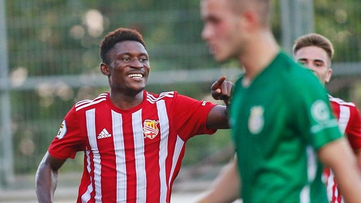 Noah Baffoe va segellar la victòria blanc-i-vermella en el decisiu duel contra el FC Cerdanyola    ALEX GALLARDO