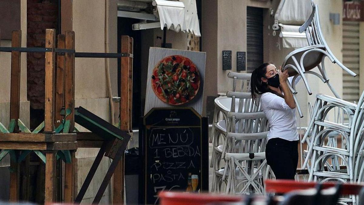Una trabajadora en un establecimiento de hostelería del Centro de Málaga.