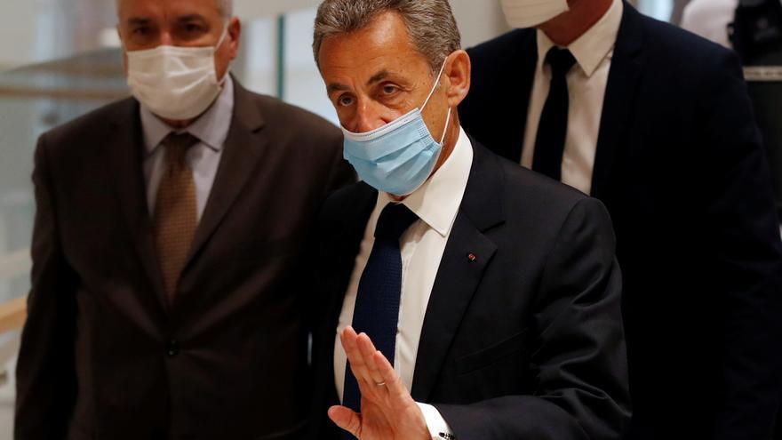 Juzgan por corrupción a cinco colaboradores de Sarkozy, protegido por inmunidad