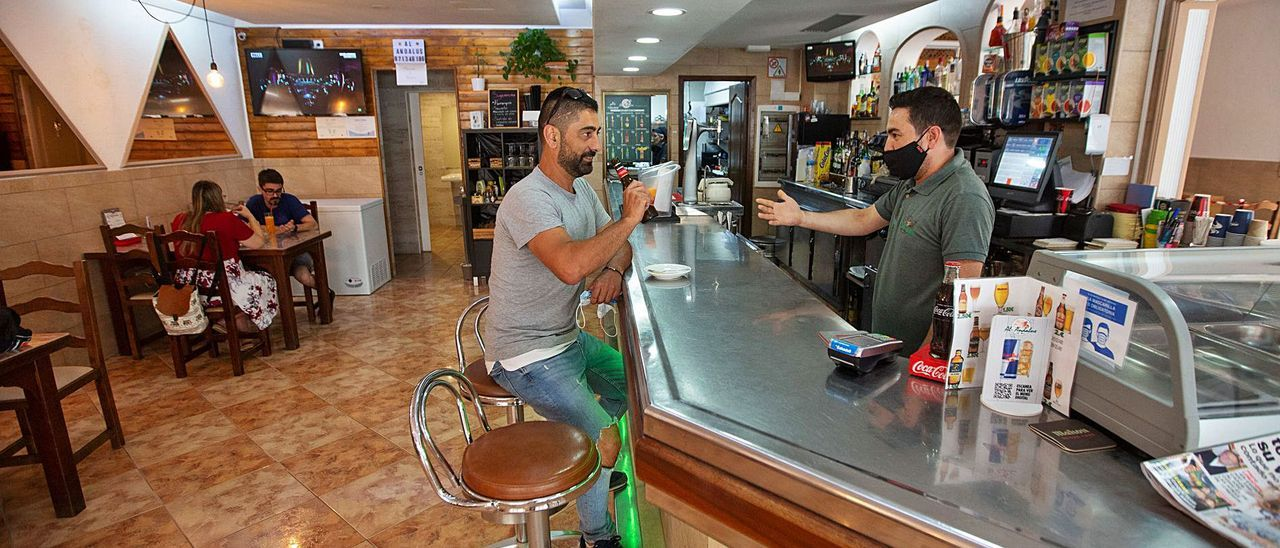 Iván Ribera atiende a un cliente en la barra de el Al-Andalus.