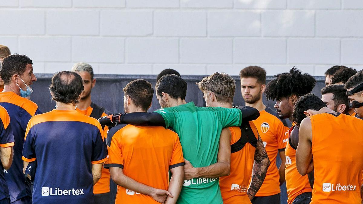 Javi Gracia charla  con sus futbolistas, ayer en Paterna.  lázaro de la peña / vcf