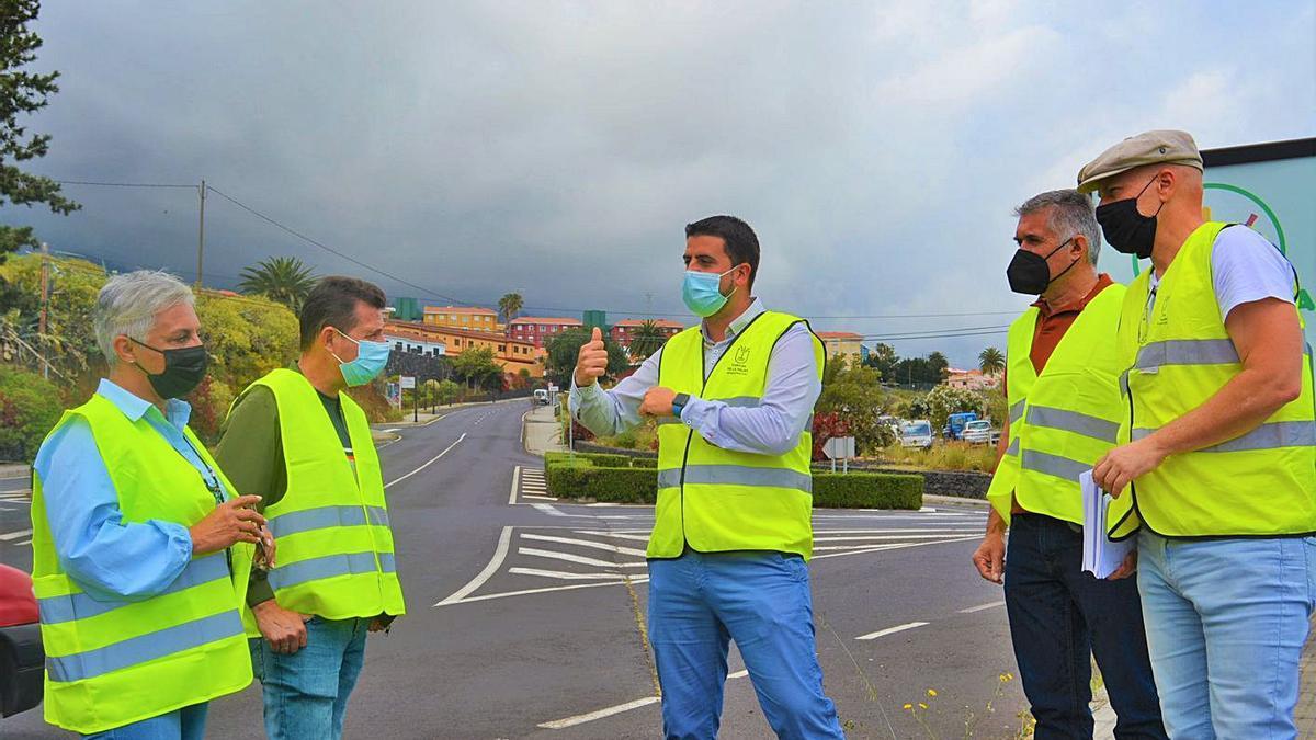 Visita del consejero de Infraestructuras, Borja Perdomo, al cruce del Molino. | | E.D.