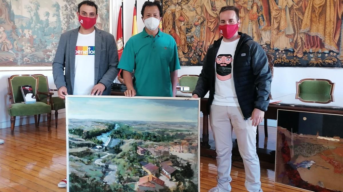 De izquierda a derecha, Tomás del Bien, Jinzhong Rao y Gabriel Álvarez muestran la obra ganadora
