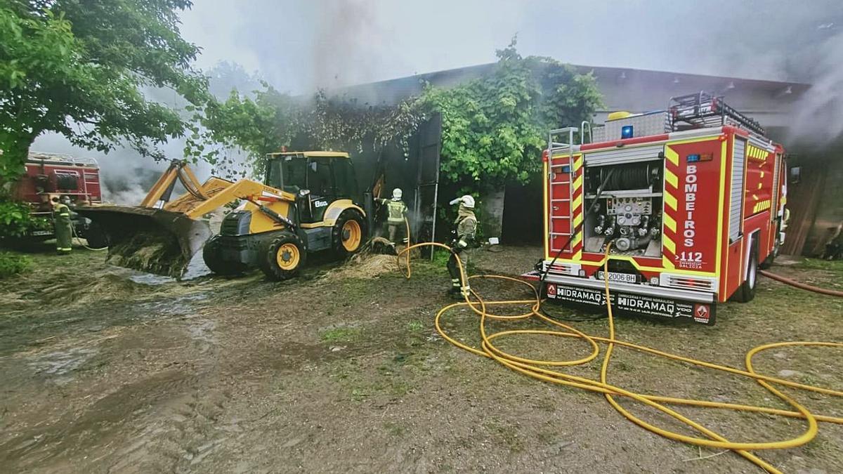 Un momento de los trabajos para intentar apagar las llamas.