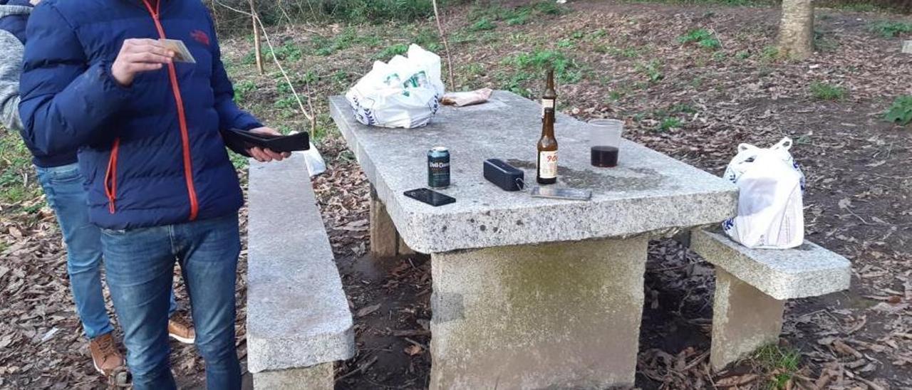 Dos jóvenes bebiendo alcohol en Cangas