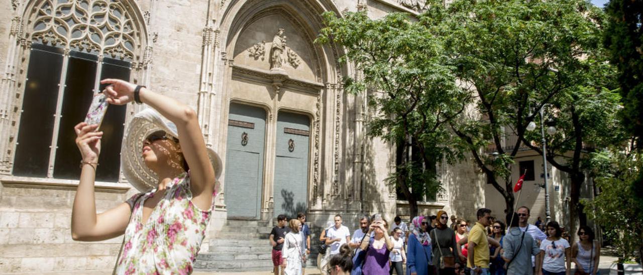 Turistas en la Lonja, uno de los edificios más visitados del centro histórico de València.