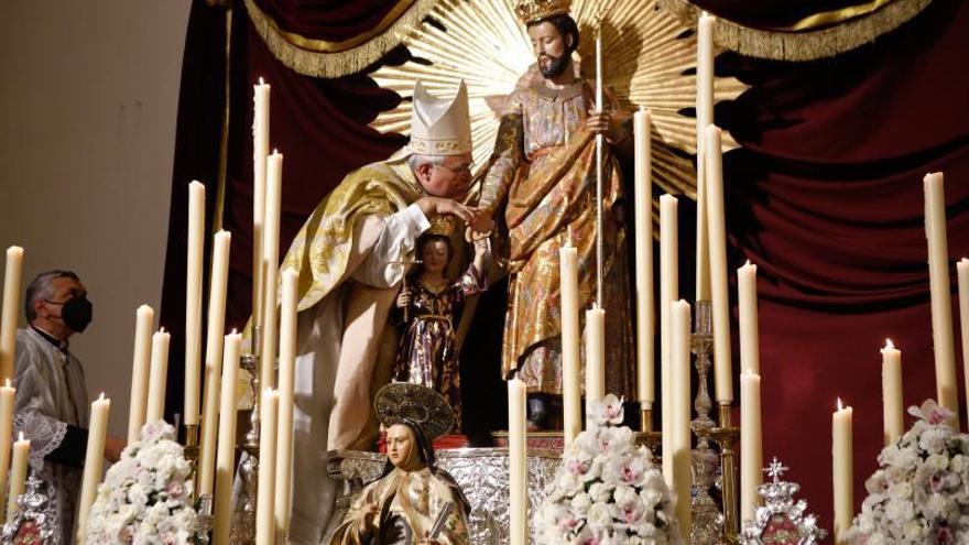 El obispo corona al San José de las Carmelitas de Santa Ana