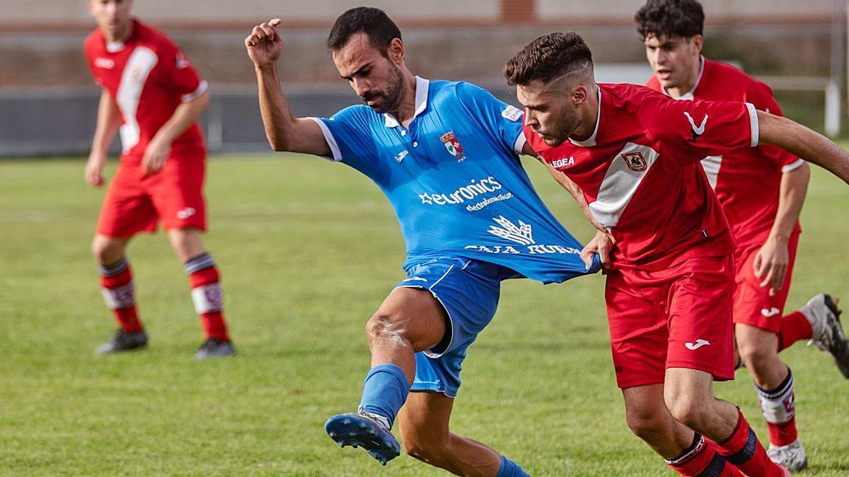 Viti recibe un agarrón en el partido disputado en Los Barreros. / Emilio Fraile