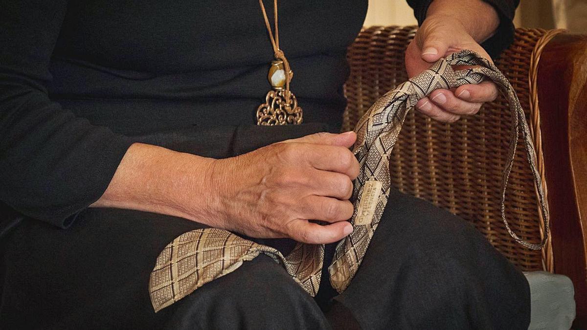 La corbata ensangretada de una de las víctimas en uno de los objetos estudiados.