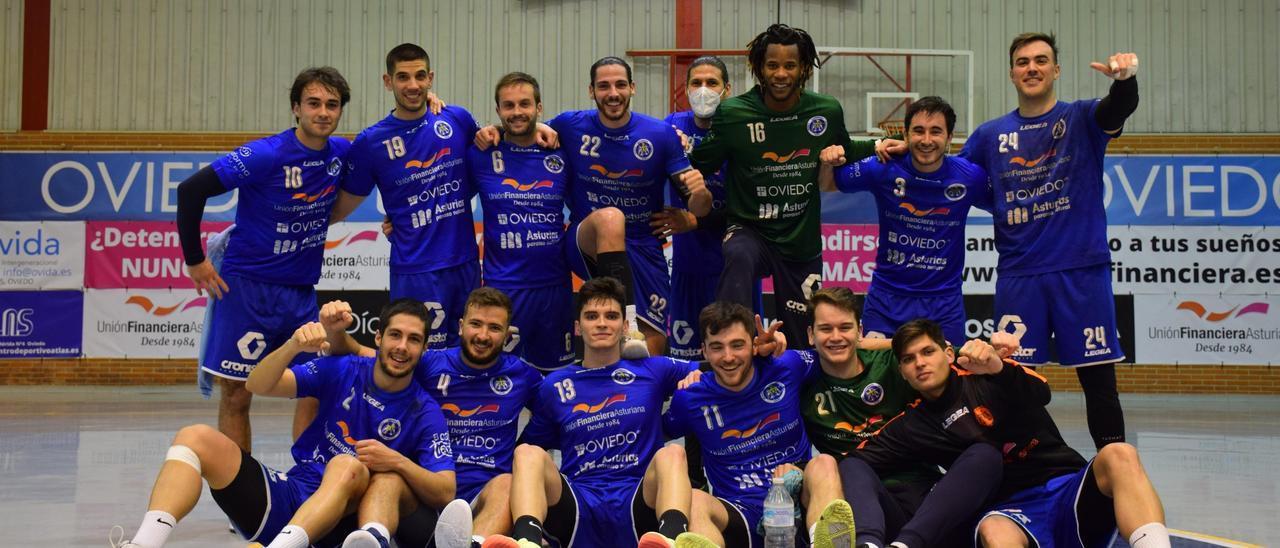 Los jugadores del Base Oviedo celebran su victoria ante La Robla