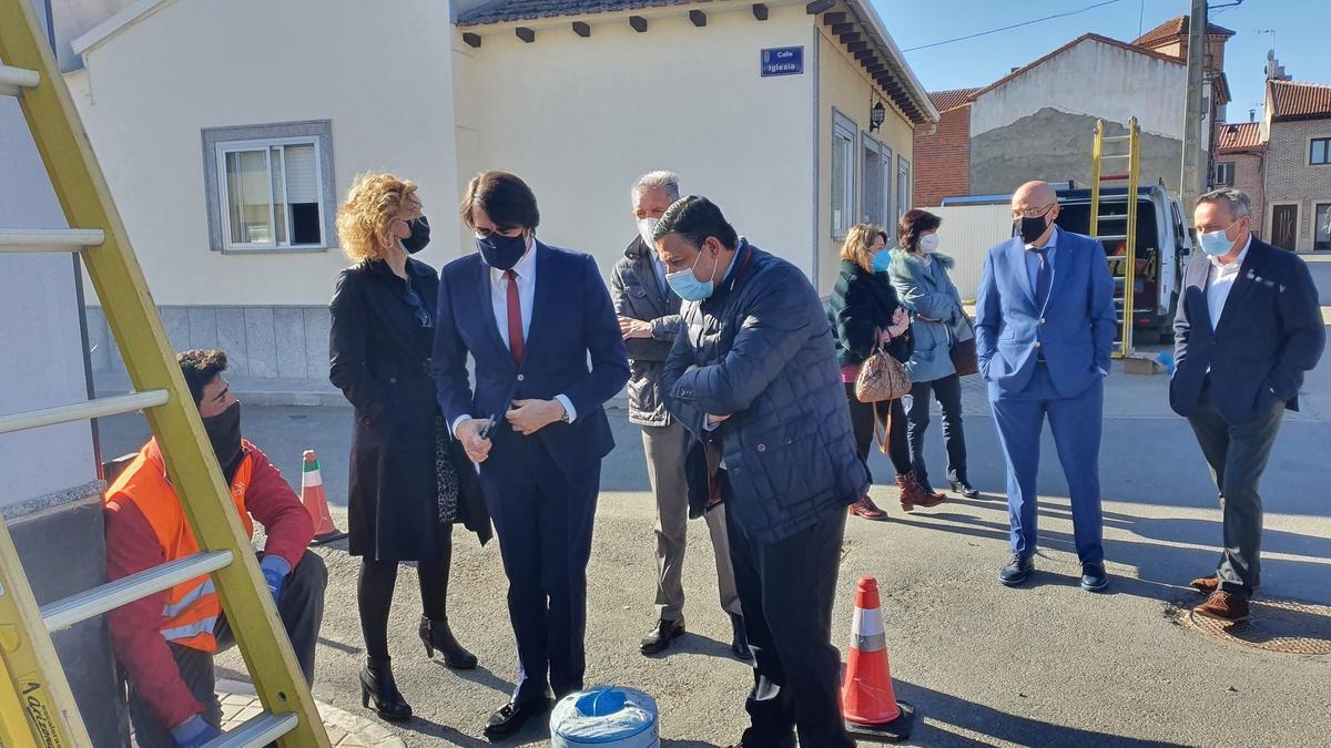 Suárez-Quiñones comprueba en Tiñosillos (Ávila) la implatación de la fibra óptica.