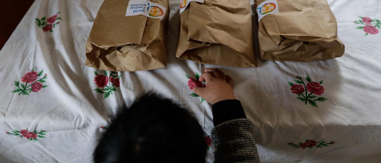 Archivo - Un niño durante la comida en su casa momentos antes de abrir el menú de la ONG del chef José Andrés, que reparte a las familias más necesitadas durante el estado de alarma provocado por el coronavirus (archivo).
