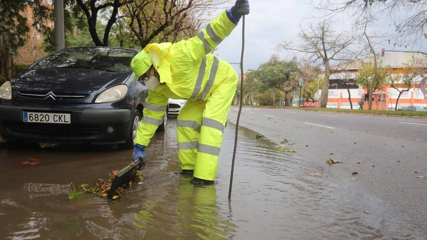El agua de las lluvias inunda un carril de la avenida Hermanos Machado