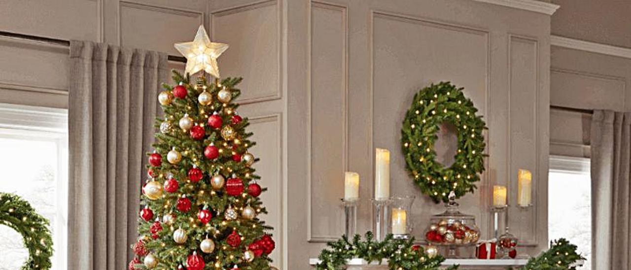 Árbol de Navidad decorado con bolas y luces.