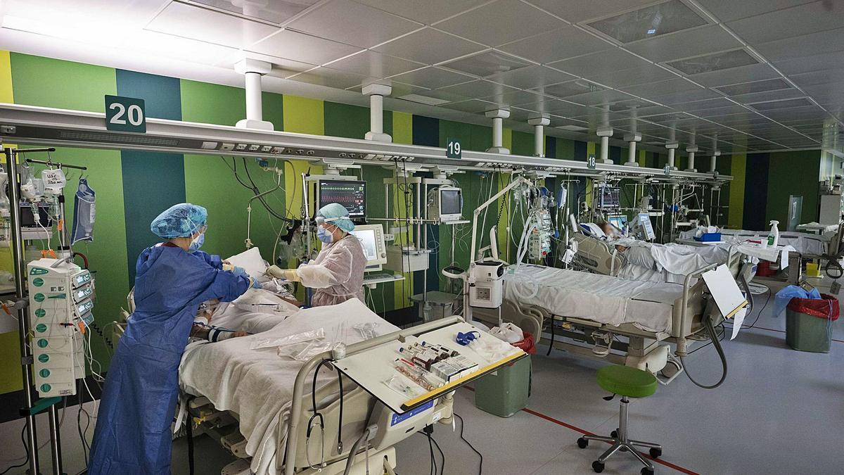 Dos sanitarias atienden a enfermos de covid-19 ingresados en la UCI del Hospital General de València.  | LEVANTE-EMV