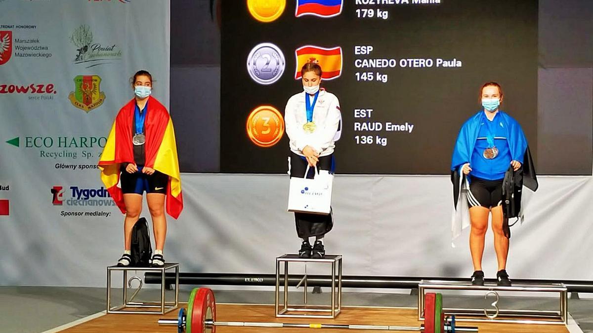 Paula Canedo, a la derecha, en la segunda posición del podio del Europeo sub 15. |  // LA OPINIÓN