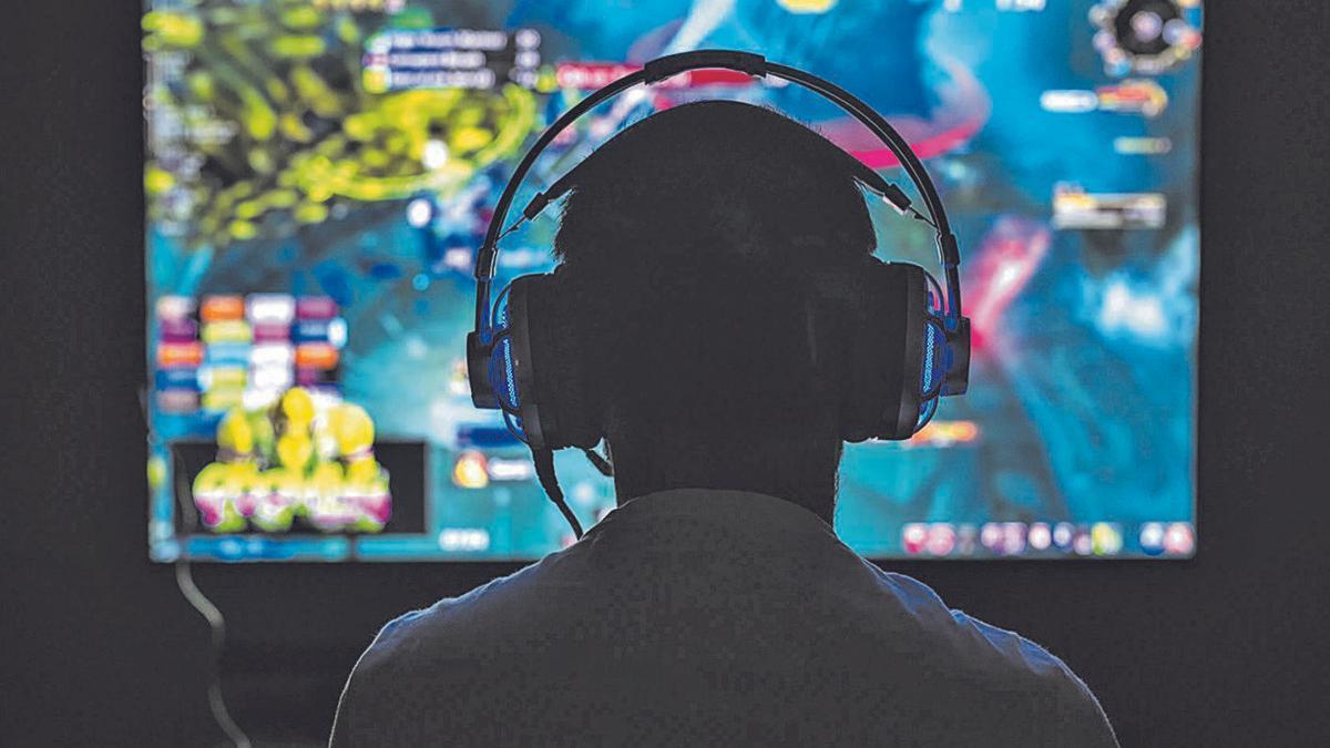 Un usuario de videojuegos juega frente a la pantalla.