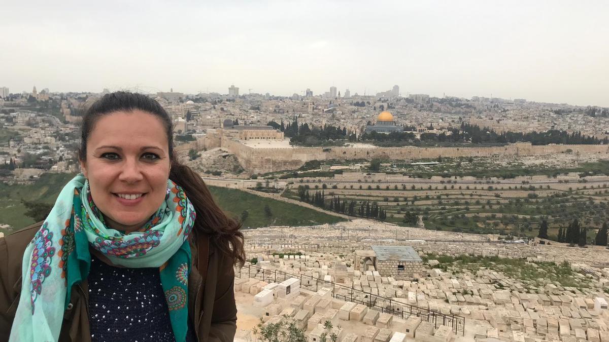 Elizabeth, en el Monte de los Olivos con Jerusalén al fondo