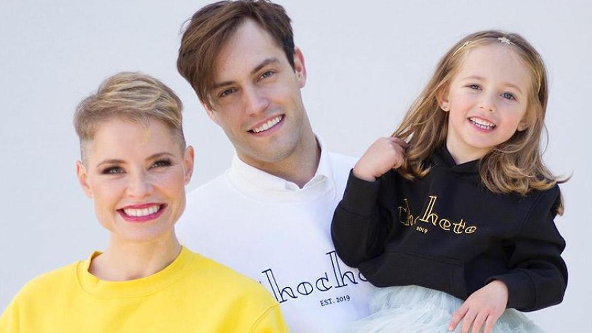 Soraya Arnelas promociona la marca Chochete junto a su marido y su hija.