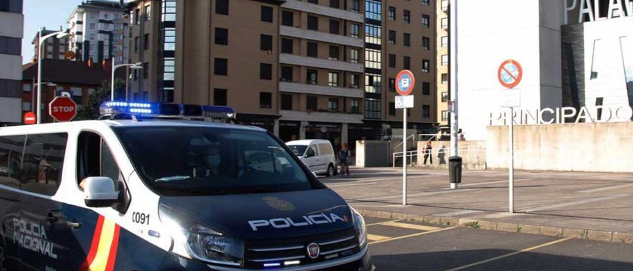 Un vehículo de la Policía Nacional, ante los Juzgados de Gijón.