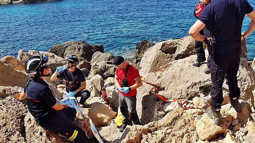 Rescatan a un hombre tras romperse la clavícula en sa Pedrera de Cala d'Hort