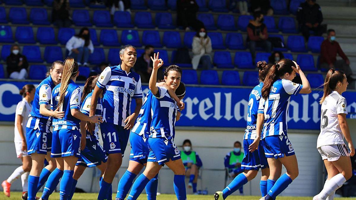 Alba Merino, en el centro, celebra con sus compañeras su gol al Madrid CFF. |  // RCD