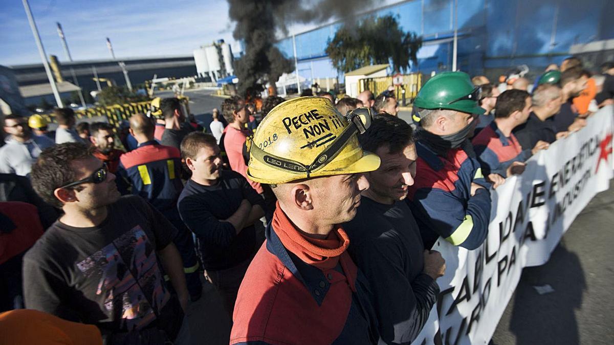 Protesta de operarios de la planta de aluminio de A Grela antes de la venta en 2019. |   // CASTELEIRO/ROLLER AGENCIA