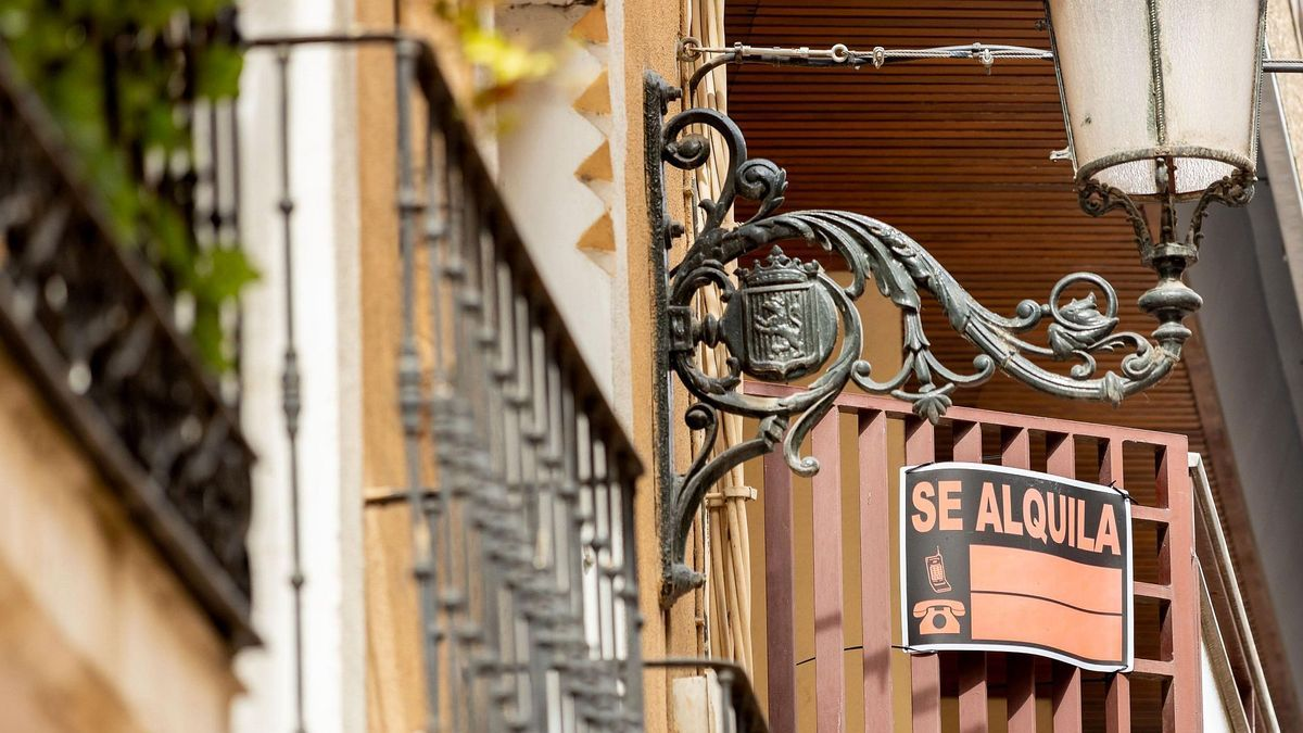 Un cartel de alquiler en una vivienda zaragozana.