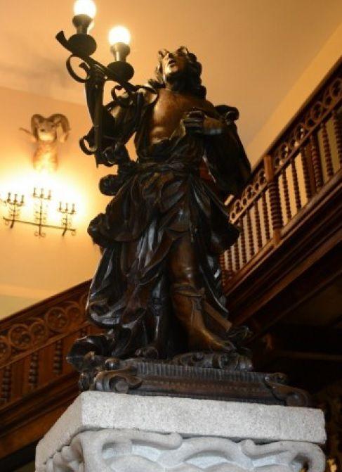 L�mpara sobre pilastra de la escalera.jpg