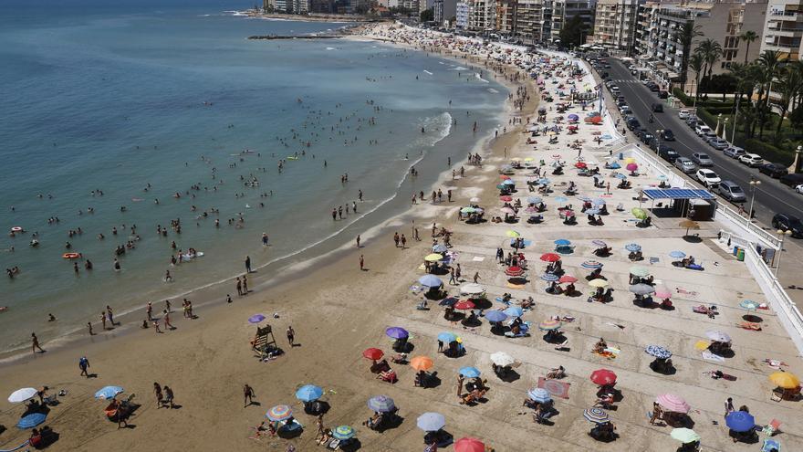 Torrevieja contratará a 117 controladores para gestionar la parcelación de playas y normas covid este verano y amplía la adjudicación a 2022