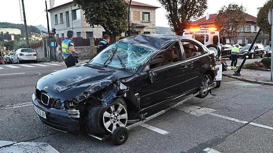 Aparatoso accidente con un coche volcado en Gran Vía