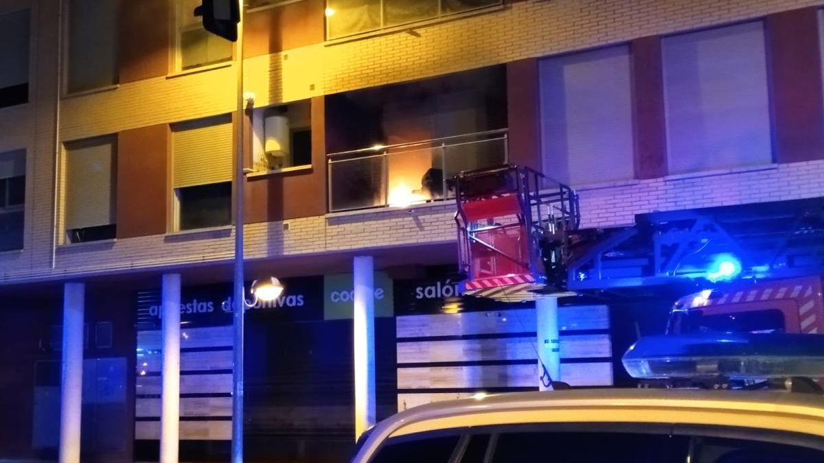 Un incendio en una casa ocupa de Cabezo de Torres obliga a desalojar varias plantas