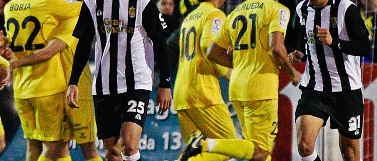 Lequi –izquierda, de frente– y Hernán, cabizbajos tras uno de los cinco goles del Alcorcón a la UD en febrero de 2011. | | LOF