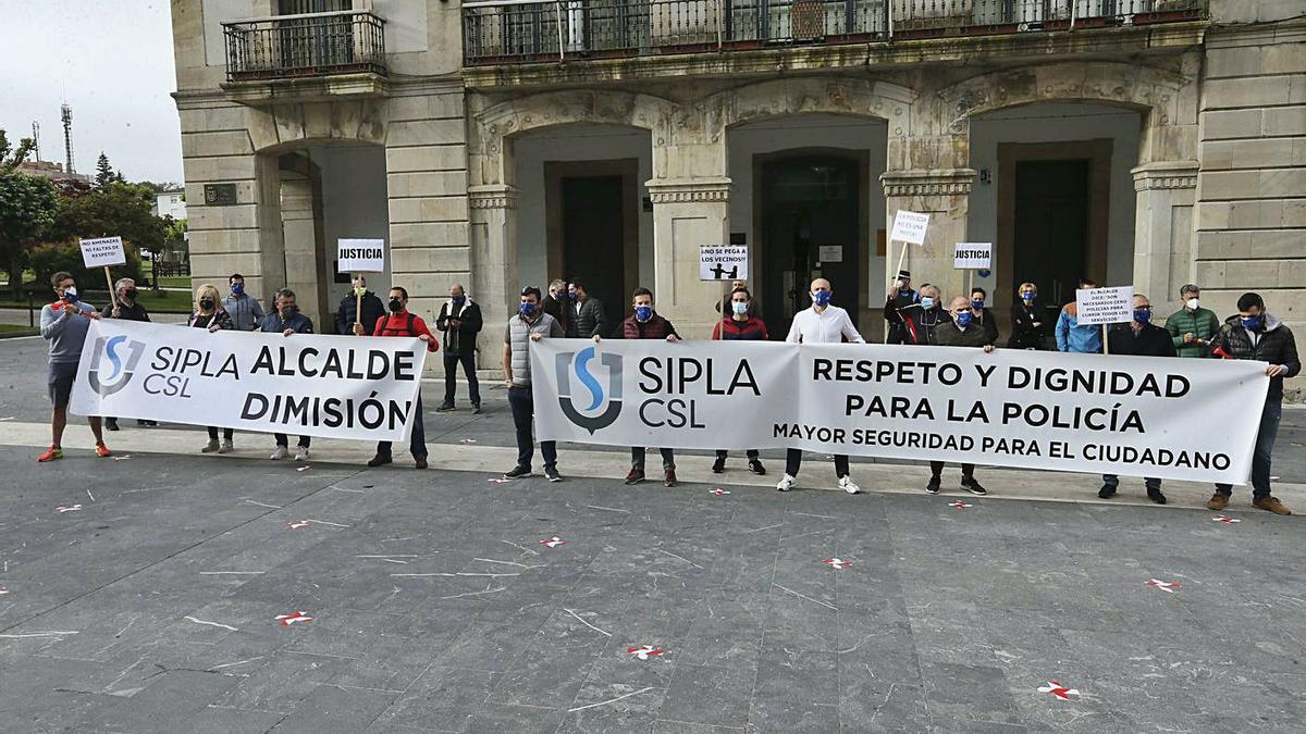 Agentes, ayer, manifestándose ante el Ayuntamiento de Siero. | A. I.