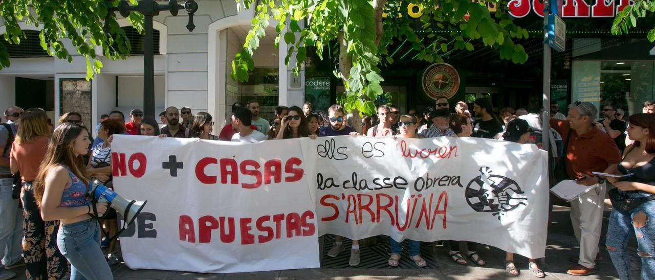 Una concentración en la Rambla de Alicante contra la presencia de casas de apuestas en los barrios, en octubre de 2019.
