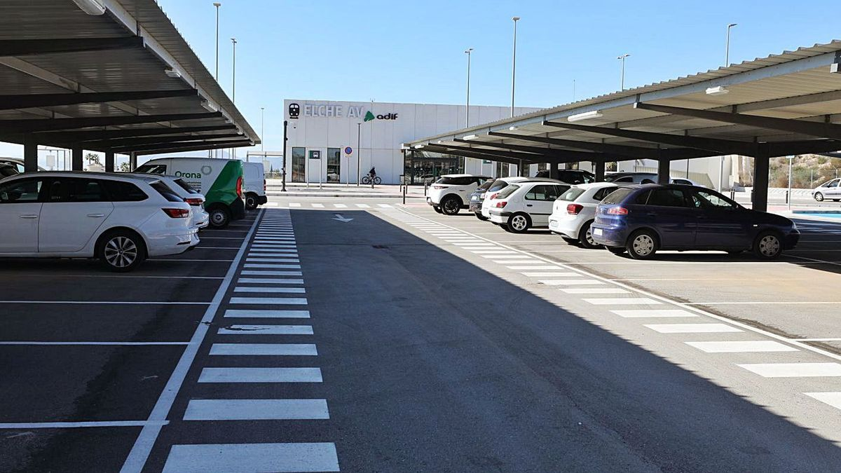 The facility has two hundred parking spaces that, for the moment, are free.     ANTONIO AMORÓS