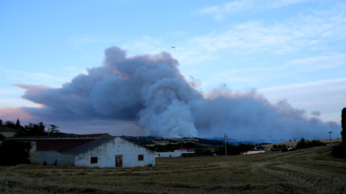 Pla general d'un mitja aeri actuant a l'incendi que crema a Santa Coloma de Queralt i Bellprat. Imatge del 24 de juliol del 2021 (Horitzontal).