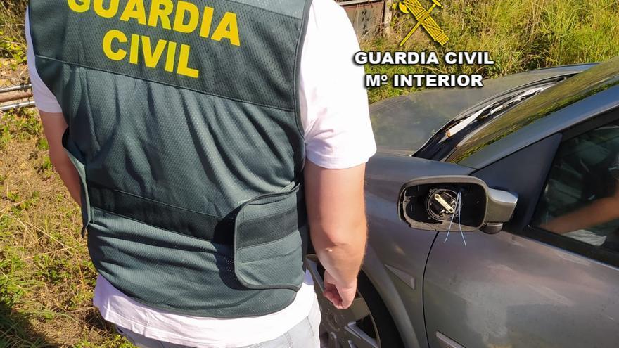 Investigan a tres menores por destrozar coches en playa América
