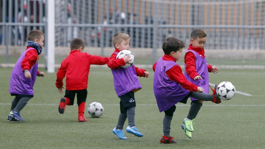 Los niños vuelven a entrenar después de las restricciones