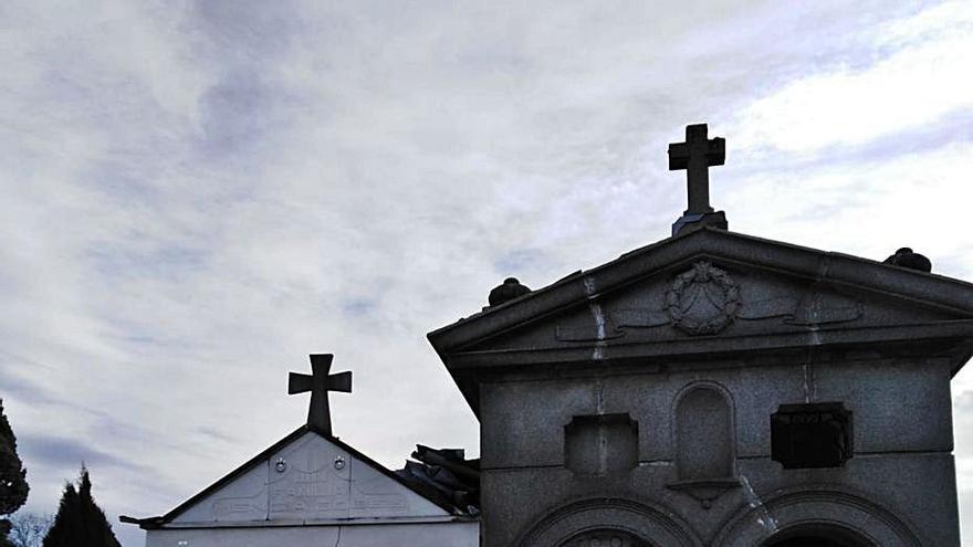 A la derecha, uno de los panteones a los que arrancaron el techo. En el círculo, el cinc que no se llevaron.| R. A. I.