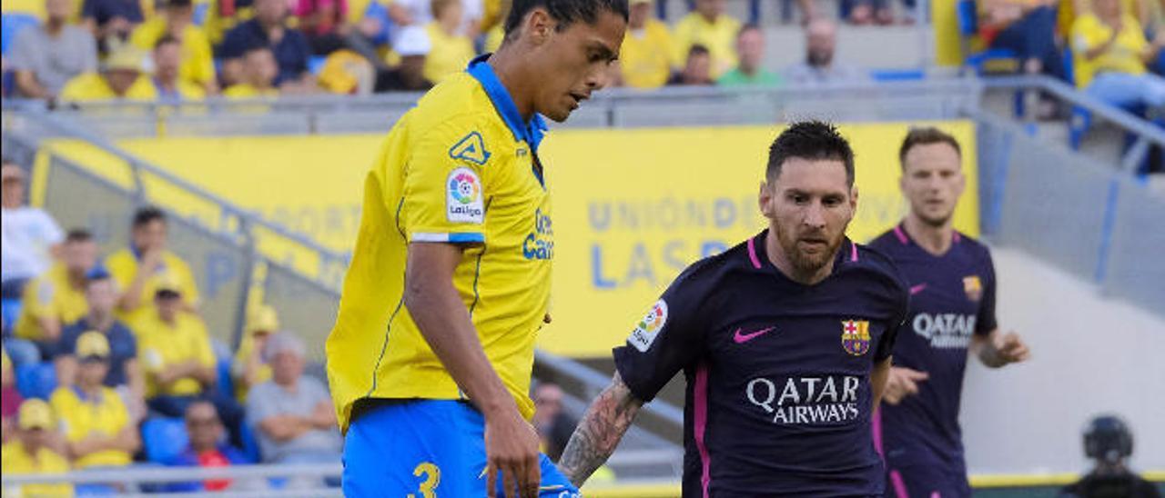 Mauricio Lemos, durante la disputa del duelo liguero ante el FC Barcelona, saca el balón ante Leo Messi.