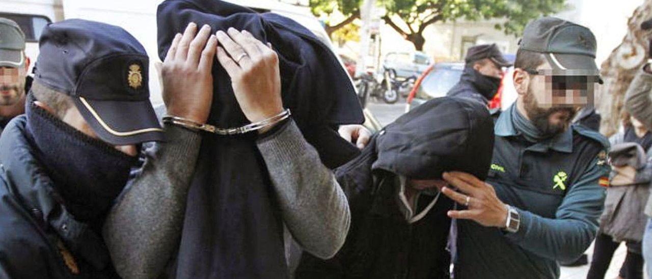 Los dos policías nacionales detenidos en el momento de ser trasladados al juzgado de guardia.