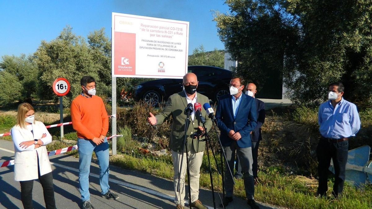 Antonio Ruiz y Francisco Paloatres, con otros representantes municipales de Rute en la carretera de Las Salinas.